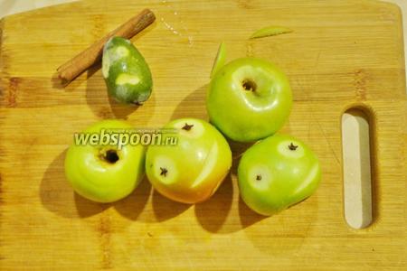 Затем делаем личико яблоку, произвольно вырезаем глаза и ротик. Зрачки делаем гвоздикой.