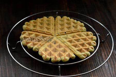Охладить каждую вафлю отдельно на решётке. Тогда вафли будут хрустящими.