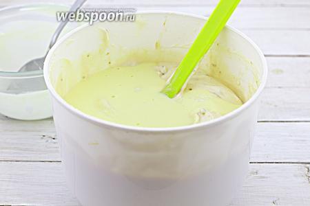 Налейте охлаждённую молочно-яичную смесь. На данном этапе можете использовать блендер. Взбейте до однородной консистенции.