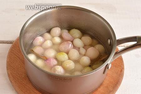Добавить мелкий лук и проварить 5-6 минут.
