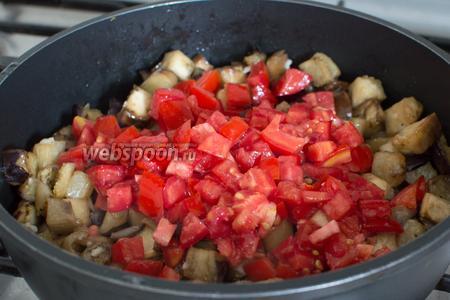 Следом добавьте все специи, перец чили. Перемешайте. Также добавьте помидоры, томатную пасту и воду.