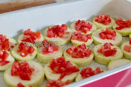 Противень или форму для запекания смажьте растительным маслом, расположите кабачки, сверху них — помидоры. Посолите, поперчите по вкусу.