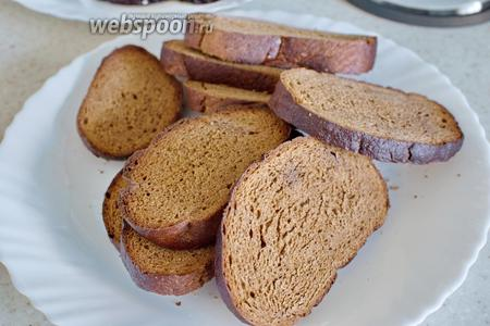 Ломтики хлеба подсушить в духовке или на гриле, натереть чесноком.