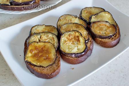 Обжаренные баклажаны выложите на хлеб.