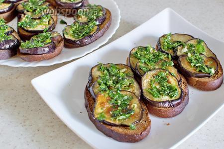 Полейте соусом из зелени и чеснока. Подать тёплыми. Приятного аппетита!