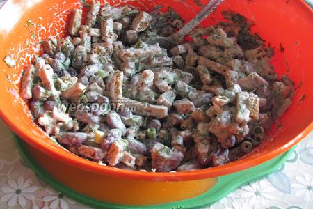 Хорошо размешать. Быстрый салат из красной фасоли готов. Подавать минут через 5-10, когда сухарики напитаются майонезом. Приятного аппетита!