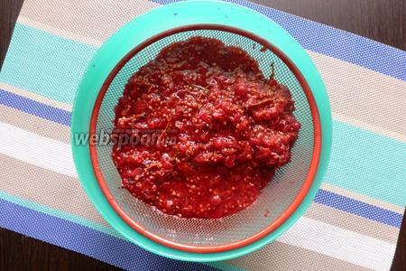 Протрём ягодное пюре через мелкое сито. Этим мы уберём косточки и оставшиеся веточки.