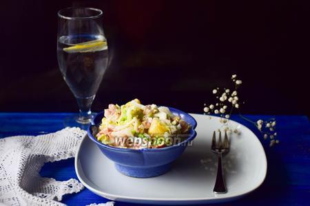 Салат из пекинской капусты, ананаса и копченого окорока