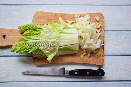 Пекинскую капусту помыть, обсушить и нарезать тонкими, продольными полосками. Выложить в салатник.