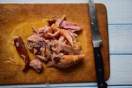 Копченый куриный окорочок очистить от шкурки и руками оборвать все мясо, отделяя от кости. Нарезать произвольно, но не мельчить.
