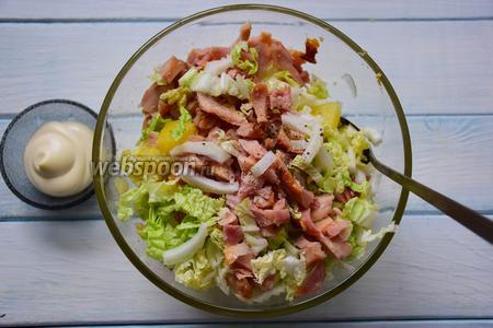 Выложить мясо и консервированный ананас в салатник. Заправить майонезом. По вкусу дополнить солью и перцем.