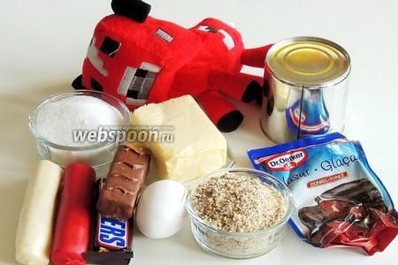 Подготовим ингредиенты: батончики Сникерс (1 штука — 60 г), орехи в крошке, сливочное масло комнатной температуры, варёное топлёное молоко, яйца, сахар, шоколадную глазурь и красный, бежевый и коричневый марципан. И самое главное — модель коровки.