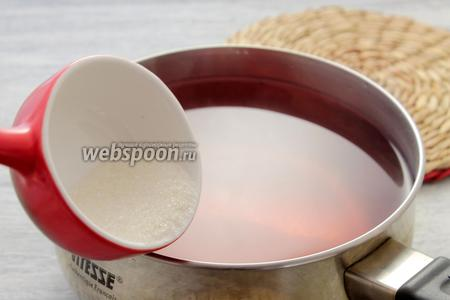 Добавляем порцию сахарного песка, кипятим — растворяем кристаллы.
