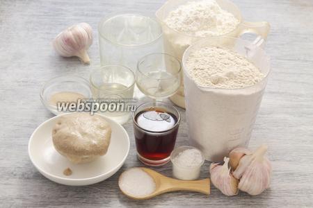 Берём 2 вида муки, заранее подготовленную ржаную закваску, яблочный уксус, соль, сахар, дрожжевые гранулы, масло, чеснок, тёплую воду и заваренный в 40 мл кипятка чёрный чай.