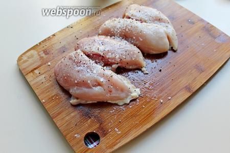Куриные грудки разделить на 2 части, посолить  и поперчить.