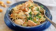 Фото рецепта Куриная грудка с китайской вермишелью и мангольдом