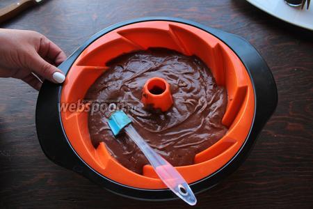 Переложить тесто в смазанную маслом форму. Выпекать 40-50 минут при 175°С.