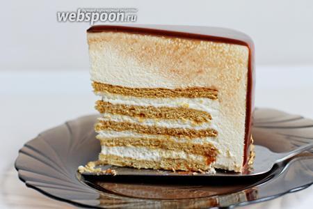 И вот такой кусочек от него. Торт надо размораживать в холодильнике.