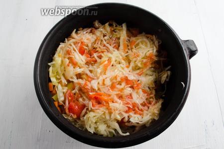 Последним слоем выложить в горшочек капусту с помидором.