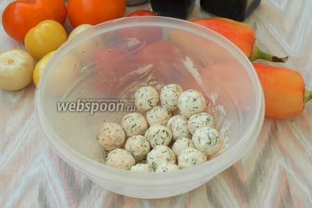 Скатать из сырной массы шарики размером с грецкий орех.