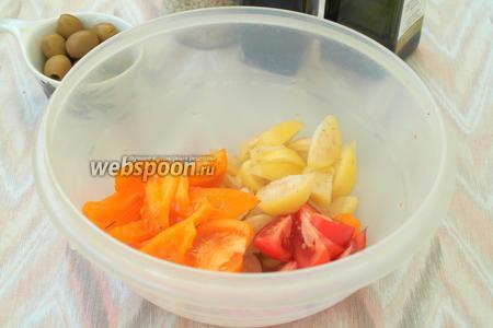 Дольками нарезать физалис и помидоры.