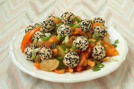 Салат выложить на тарелку для подачи, посыпать измельчённым зелёным луком и разложить сырные шарики. Сразу подать салат к столу. Приятного аппетита!