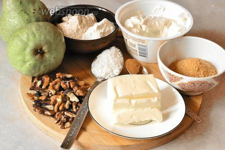 Подготовим продукты: сливочное масло, мука полбяная цельнозерновая и мука пшеничная, коричневый сахар, риккота, грецкие орехи чищенные, кокосовая стружка, груши и молотая корица. Масло заранее, минут за 20, достать из холодильника.