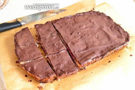 После охлаждения достаём наш десерт из формы, в бумаге. Бумага легко отстаёт от бортиков. Нарезаем на равные ломтики, размер может быть по вашему вкусу).