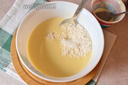 В это время можно приготовить начинку, которую будем выливать на корж. Смешиваем в миске сгущённое молоко и кокосовую стружку. Перемешать. Оставляем постоять.