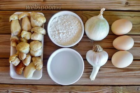 Для приготовления грибного пирога в мультиварке подготавливаем все продукты из списка ингредиентов: грибы белые, лук, чеснок, молоко, яйца, масло, муку, дрожжи, воду, сахар и соль.
