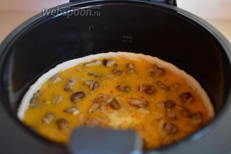 Заливаем грибной пирог яично-молочной смесью.