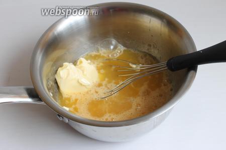 Смешаем сахар, сок, масло и яйца. Всё это доводим до загустения на огне. Желатин зальём водой. Когда масса начинает густеть, снимаем её и добавляем желатин, отжатый.