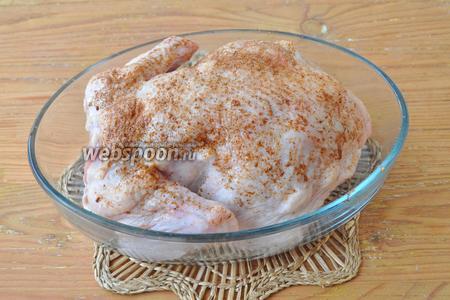 Курицу натираем специями и солью с чесноком. Ставим в холод на 30 минут, а можно и на ночь.