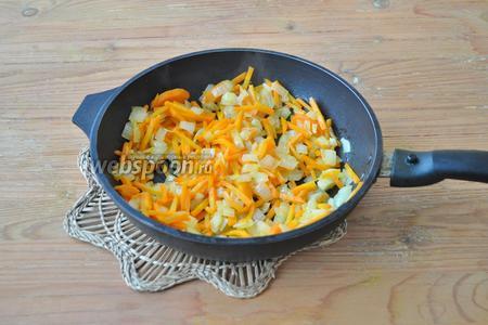 На сковороде обжарить в растительном масле лук и морковь.