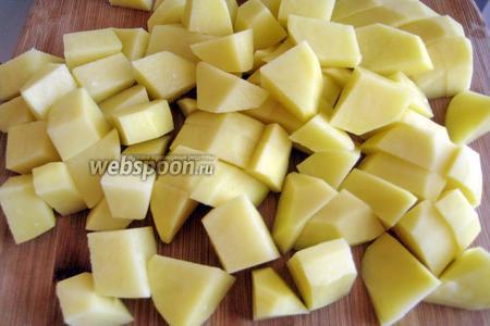 Картофель также нарезаем крупно.