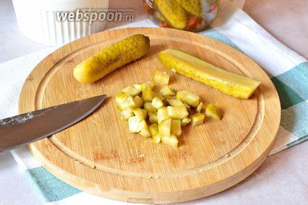 Маринованные огурцы нарезаем кубиком и добавляем к остальным ингредиентам.