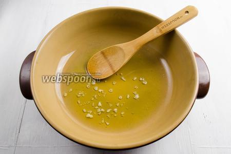 Чеснок очистить. Дольки мелко нарезать кусочками. Поставить на малый огонь сковороду с оливковым маслом и чесноком. Обжарить его 2 минуты, пока чеснок немного карамелизируется.