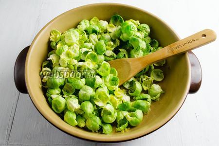 Добавить капустные листочки в сковороду, равномерно распределить их, помешивая. Жарить ещё 3 минуты.