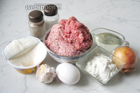 Для приготовления зраз с луком и плавленым сыром потребуются следующие ингредиенты: фарш свиной, фарш говяжий, лук репчатый, чеснок, белый батон, яйцо, мука, плавленый сыр, подсолнечное масло.