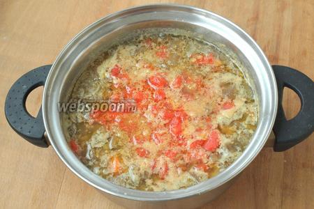 Переложить помидоры в суп и довести до кипения. Посолить суп по вкусу.