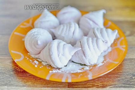 А вторую часть зефира присыпаем сахарной пудрой. Зефир из смородины готов — пробуем и наслаждаемся его нежнейшим вкусом.