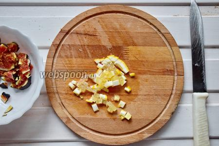 Лимон ошпарить кипятком и порезать вместе со шкуркой на маленькие квадратики!