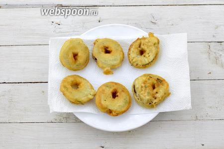 Жареные солёные огурцы выложите на салфетку, чтобы удалить жир и подайте к столу. Приятного аппетита!