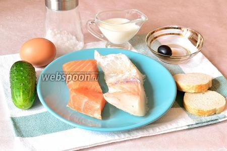 Для приготовления рыбных котлет для детей возьмём лосось и треску, небольшой кусочек батона, молоко, огурец, яйцо (нужен только яичный белок), 1 маслина, соль по-вкусу и любая зелень для декора.