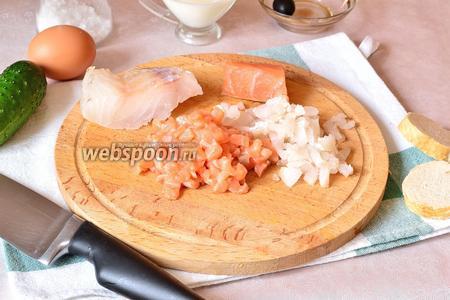 Филе лосося и трески очищаем от кожи (если есть) и костей. Затем рубим мелко ножом.