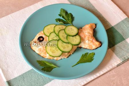 Далее фантазируем и украшаем блюдо, кто на что горазд. Я дополнила лишь зеленью петрушки (хотя укроп будет лучше), имитируя морскую растительность.