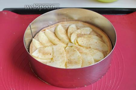 Выкладываем сверху этого тарта яблоки. Можно посыпать сверху коричневым сахаром.