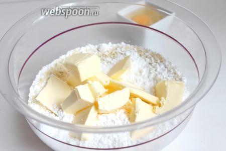 Делаем сабле. Смешаем муку, пудру, миндаль молотый и добавим масло кусочками. Всё перетираем руками в крошку и добавим 1 яйцо, добавим соль и замесим тесто. Можно это всё делать в комбайне.