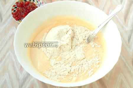 Спустя 1 час, в тесто добавить гашеную соду, а также просеять муку, соль и ванилин.