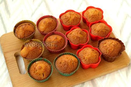 Разогреть духовку до 180°С и печь кексы 35-40 минут. Готовые кексы остудить и посыпать сахарной пудрой. Приятного аппетита!
